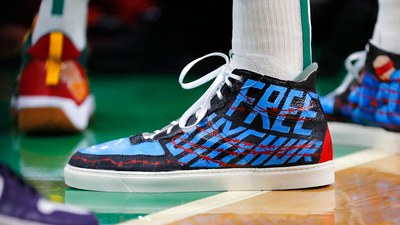 ئامېرىكا دۆلەتلىك ۋاسكېتبول بىرلەشمىسى(NBA) نىڭ تۈرك ماھىرى ئەنەس كانتەر NBA نىڭ مۇسابىقىسىدە كىيگەن «ئۇيغۇرلارغا ئەركىنلىك» دېگەن خەت بېسىلغان ئايىغى. 2021-يىلى 22-ئۆكتەبىر، بوستون، ئامېرىكا.